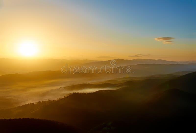 Sonnenuntergang in den Bergen karpaten ukraine stockfoto