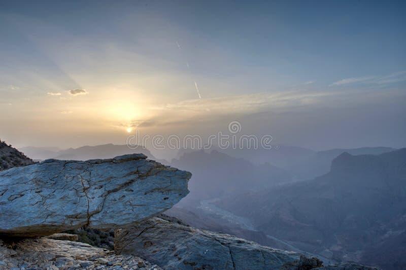 Sonnenuntergang in den Bergen von Oman lizenzfreie stockbilder