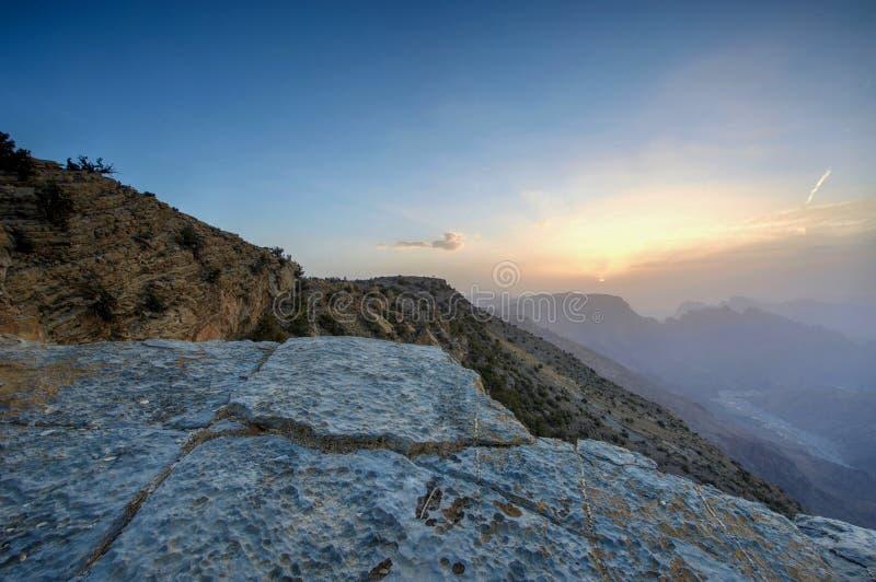 Sonnenuntergang in den Bergen von Oman lizenzfreies stockfoto