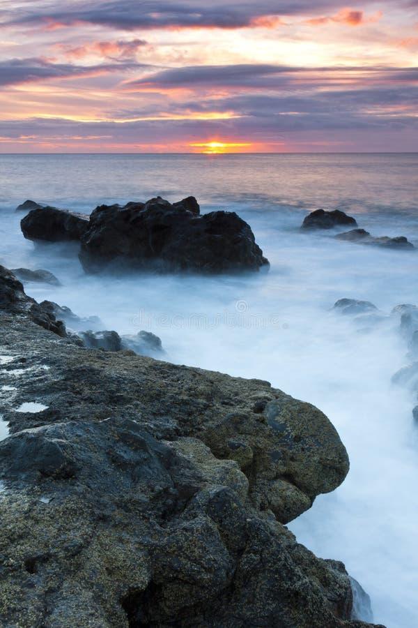 Sonnenuntergang an den Felsen lizenzfreies stockbild