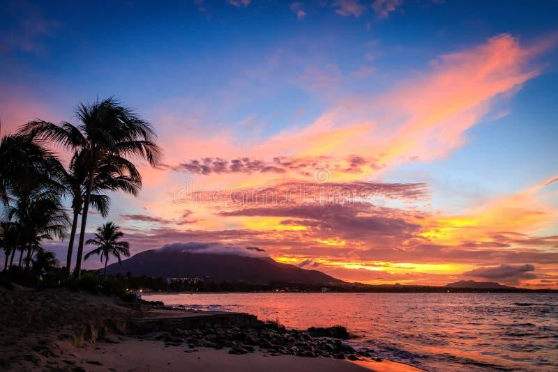 Sonnenuntergang in den gelben und purpurroten Schatten mit einer Reflexion im Meer, Puerto Plata, Dominikanische Republik, Karibi stockbild