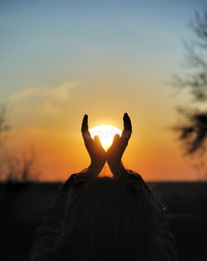 Download Sonnenuntergang In Den Händen Stockfoto - Bild von leute, orange: 9089916
