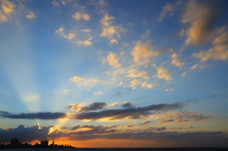 Sonnenuntergang in den Havana-Skylinen lizenzfreie stockbilder