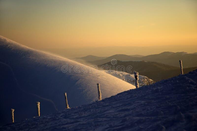 Sonnenuntergang in den Karpatenbergen stockfotografie