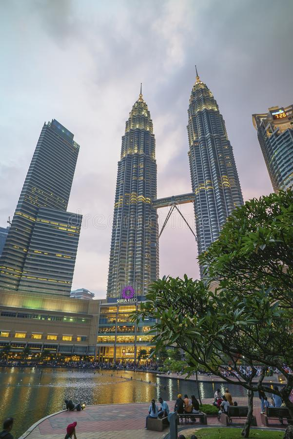 Sonnenuntergang an den Kuala Lumpur-Stadtskylinen mit Twin Towern Petronas KLCC stockfoto