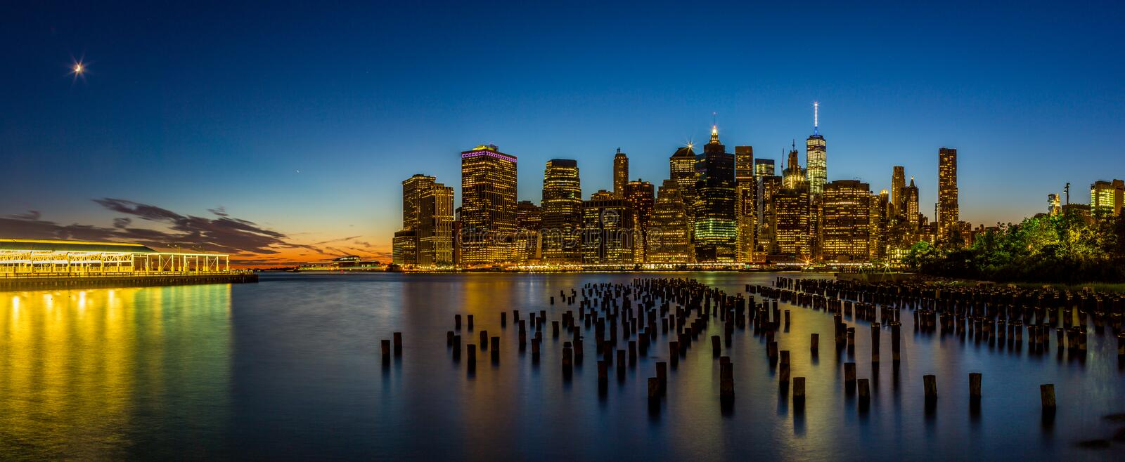 Sonnenuntergang an den Lower Manhattan-Skylinen Pano, New York Vereinigte Staaten stockbild
