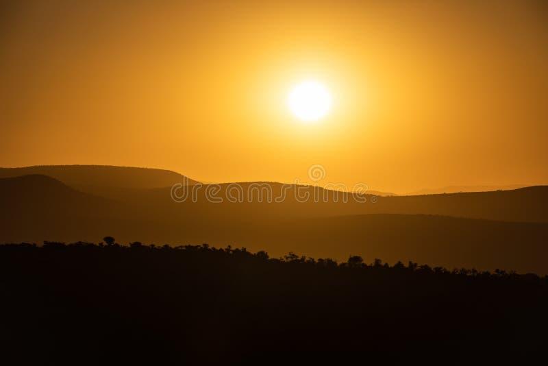 Sonnenuntergang in den weichen Hügeln von Addo Elephant Nationalpark stockbild