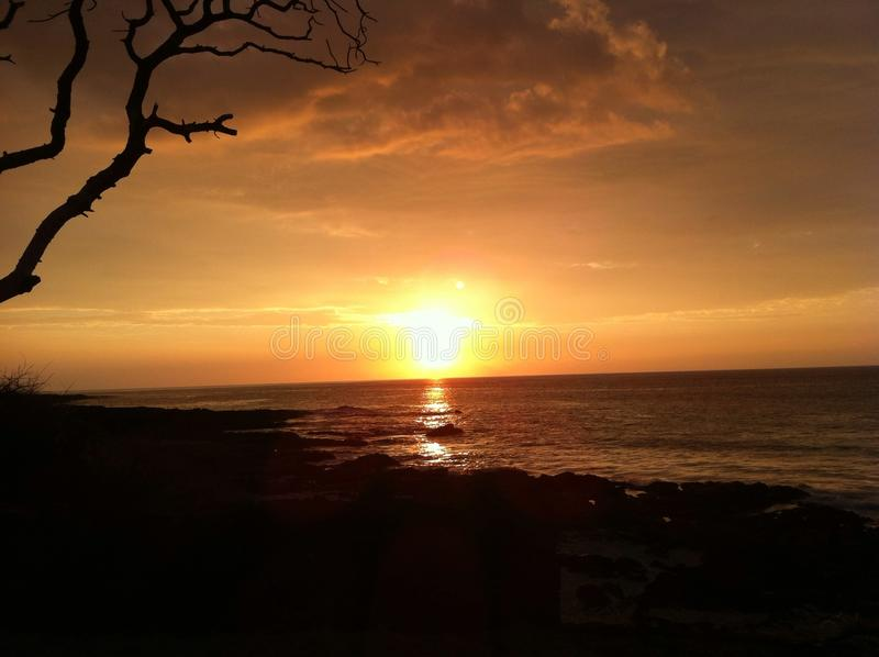 Sonnenuntergang, der über Ozean in Kua-Bucht-großer Insel Hawaii sich reflektiert stockbilder