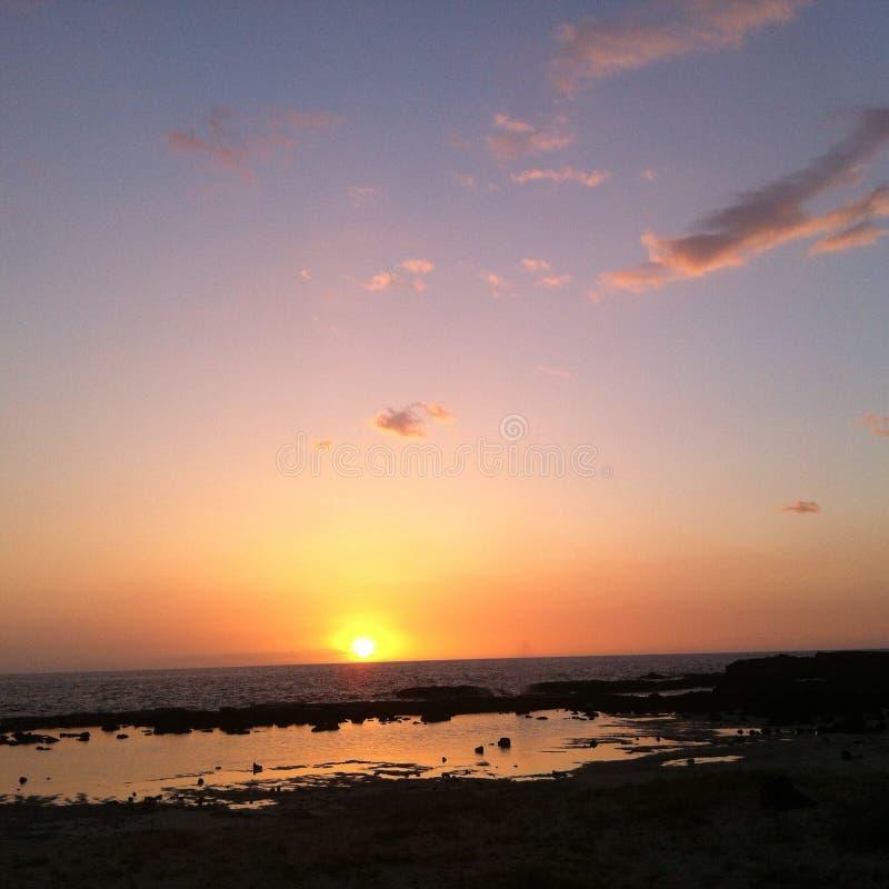 Sonnenuntergang, der über tidepool großer Insel Hawaii sich reflektiert stockfotografie
