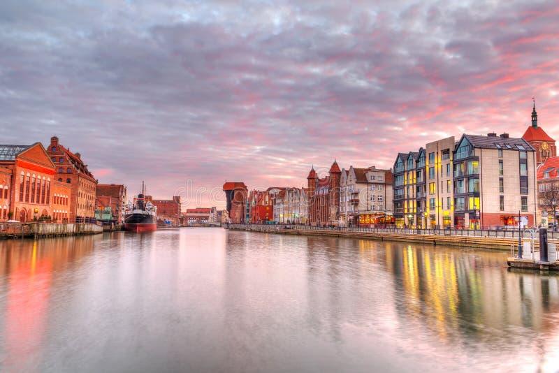 Sonnenuntergang in der alten Stadt von Gdansk in Motlawa Fluss