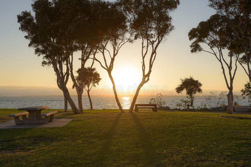 Sonnenuntergang an der Buchtfront stockfotografie