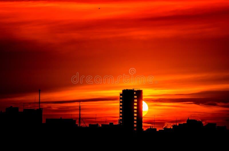 Sonnenuntergang, der die Blöcke behing ist stockfoto