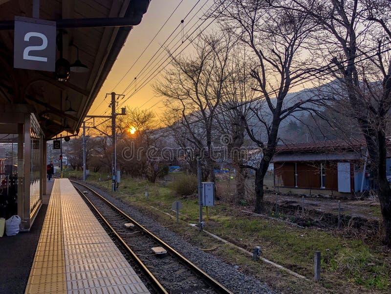 Sonnenuntergang an der Eisenbahn stockbild