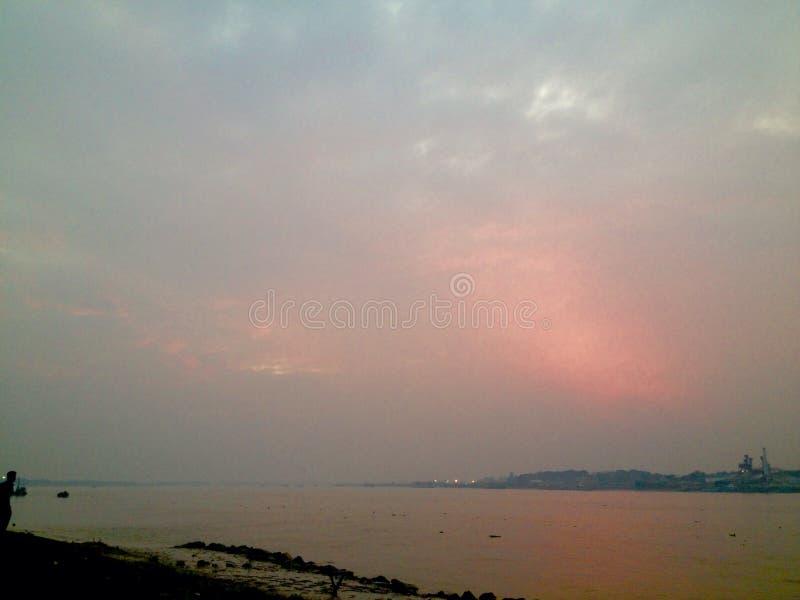 Sonnenuntergang an der Flussseite lizenzfreie stockbilder