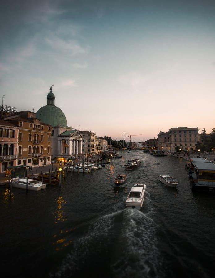Sonnenuntergang an der goldenen Stunde auf einem venetianischen Kanal in Venedig, Italien während des Sommers lizenzfreie stockbilder