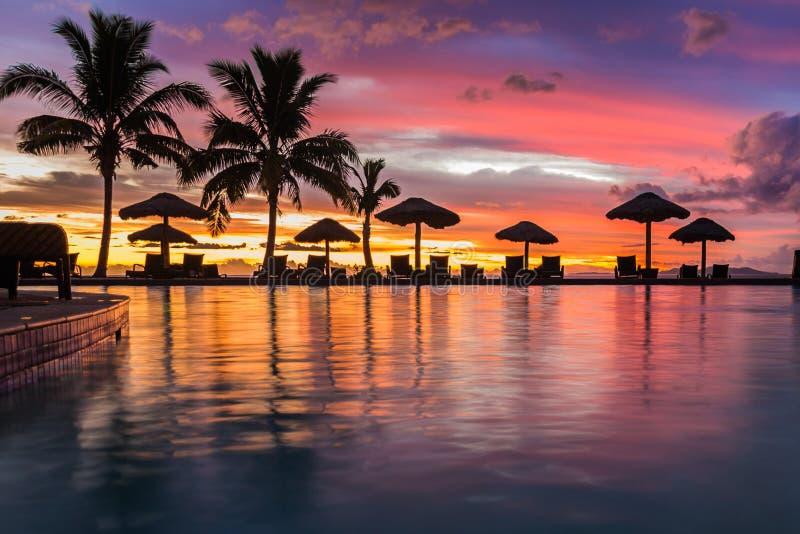 Sonnenuntergang, der im Wasser in Fidschi sich reflektiert stockbilder