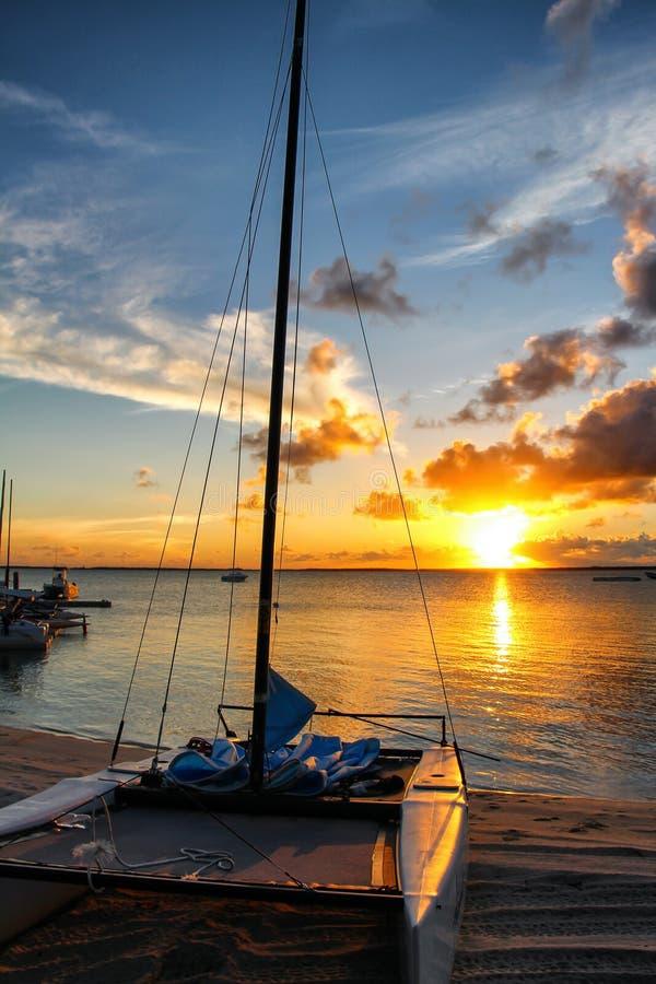 Sonnenuntergang in der Insel von Andros, Bahamas lizenzfreies stockfoto