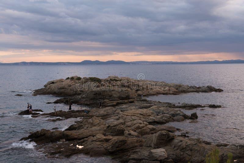 Sonnenuntergang in der Küstenlandschaft in der Bucht der Rosen stockfotografie