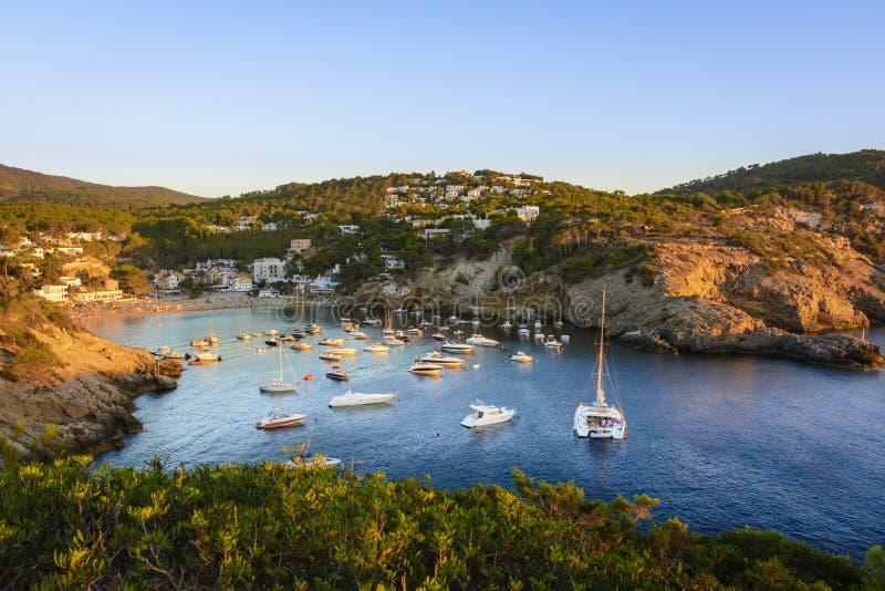Sonnenuntergang in der kleinen Bucht von Cala Vedella, Ibiza-Insel lizenzfreies stockfoto