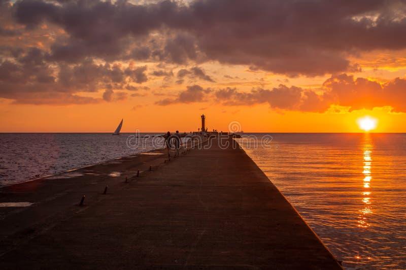 Sonnenuntergang in der Ostsee in Riga, Lettland lizenzfreies stockbild