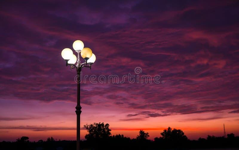 Sonnenuntergang an der Sarasin-Brücke Phuket lizenzfreie stockfotografie