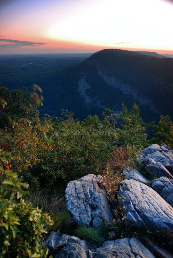 Sonnenuntergang an der Spitze des Berges lizenzfreie stockbilder