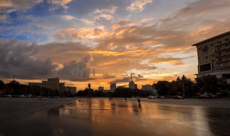 Sonnenuntergang in der Stadt nach dem Regen lizenzfreie stockbilder