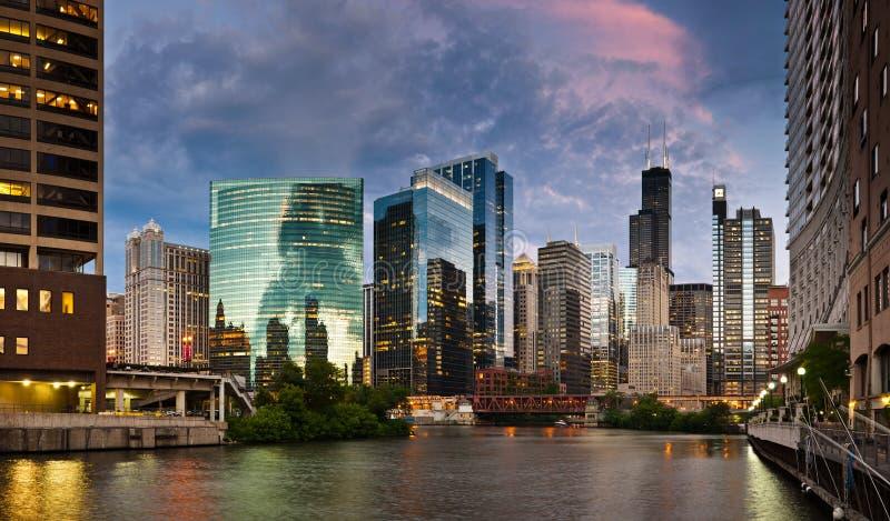 Sonnenuntergang in der Stadt von Chicago. lizenzfreies stockbild