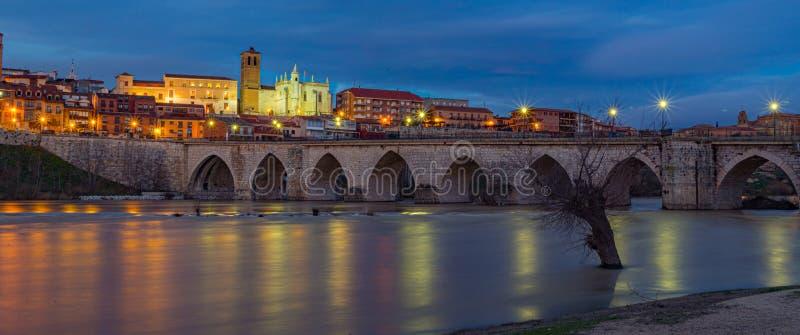 Sonnenuntergang in der Stadt von Tordesillas Spanien lizenzfreie stockfotos