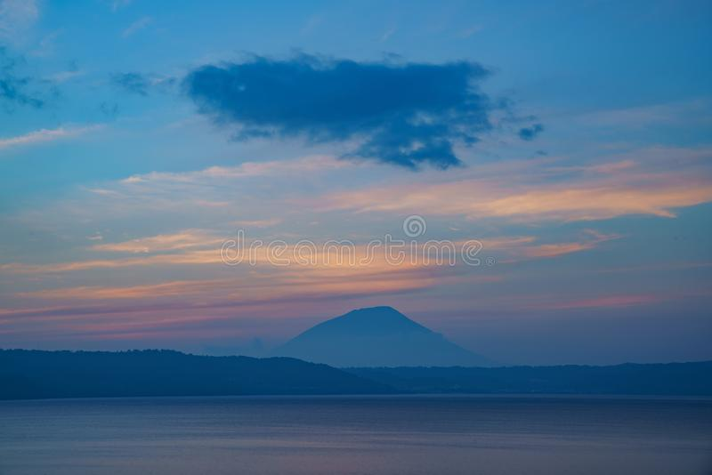 Sonnenuntergang des berühmten Sees Toya mit Berg Yotei lizenzfreie stockfotografie