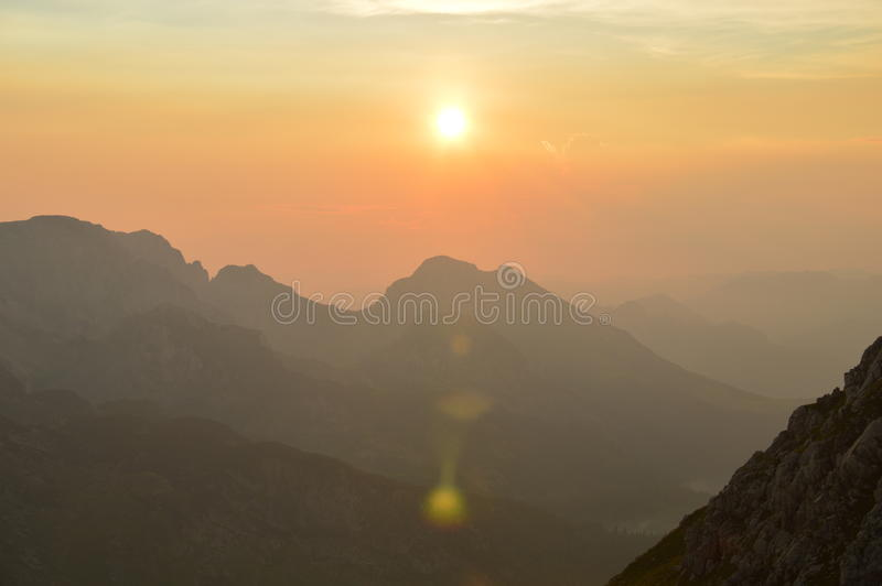 Sonnenuntergang in Dinaric-Alpen u. in x28; Bosnien und Herzegowina u. x29; lizenzfreie stockbilder
