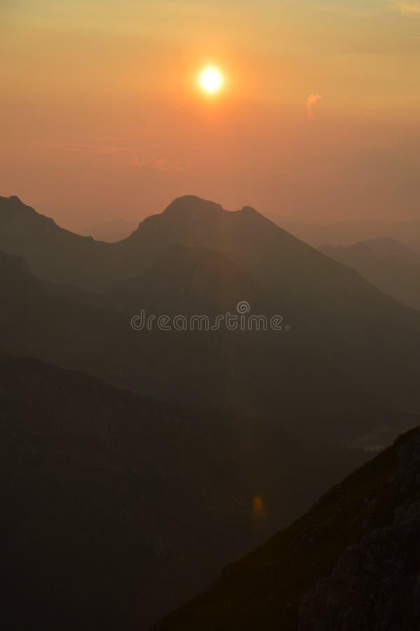 Sonnenuntergang in Dinaric-Alpen u. in x28; Bosnien und Herzegowina u. x29; stockbilder
