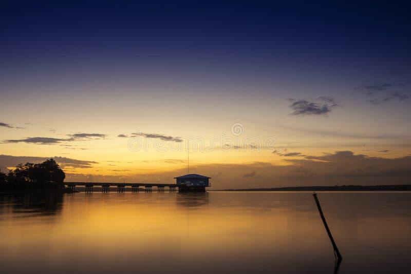 Sonnenuntergang an Dokkrai-Reservoir, Rayong, Thailand lizenzfreie stockfotografie