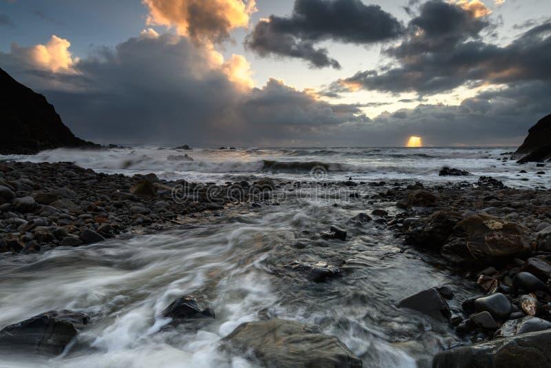 Sonnenuntergang an Duckpool-Bucht in Cornwall lizenzfreie stockfotografie