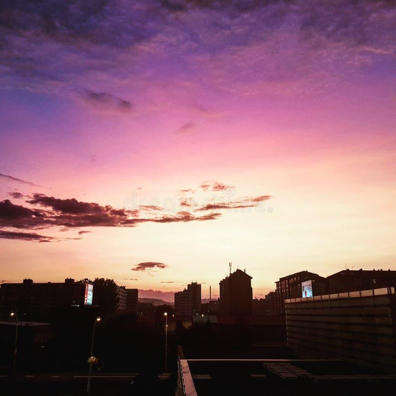 Sonnenuntergang Dunkle Gebäude im Gegensatz zu rosa Himmel stockfotos