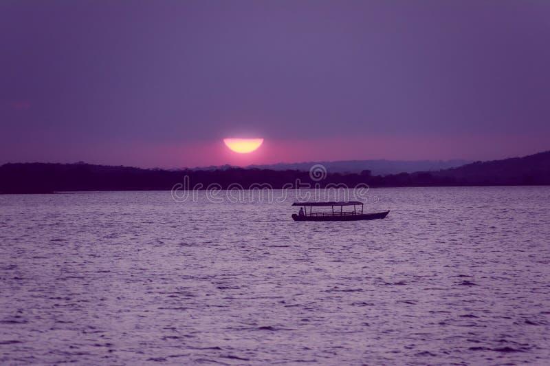 Sonnenuntergang durch das Meer in isla De Flores Guatemala stockbild
