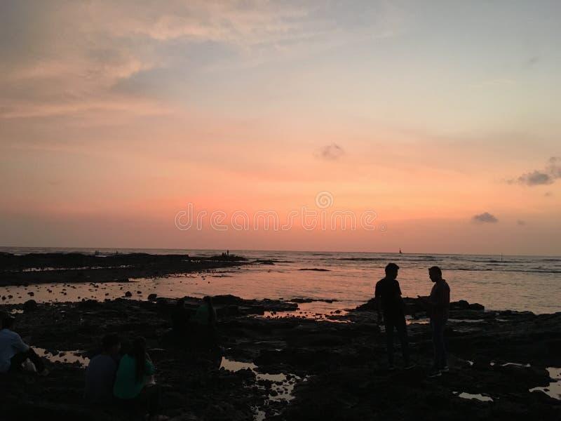 Sonnenuntergang durch den Strand stockfotos