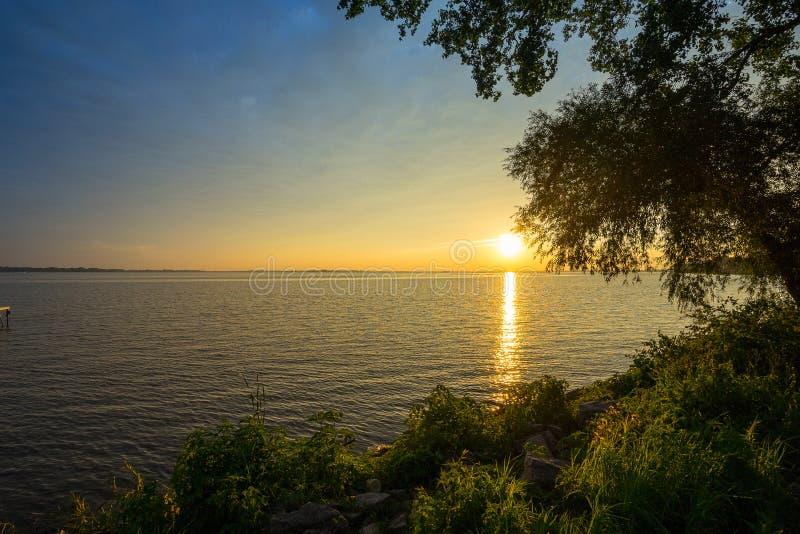 Sonnenuntergang durch See lizenzfreies stockbild