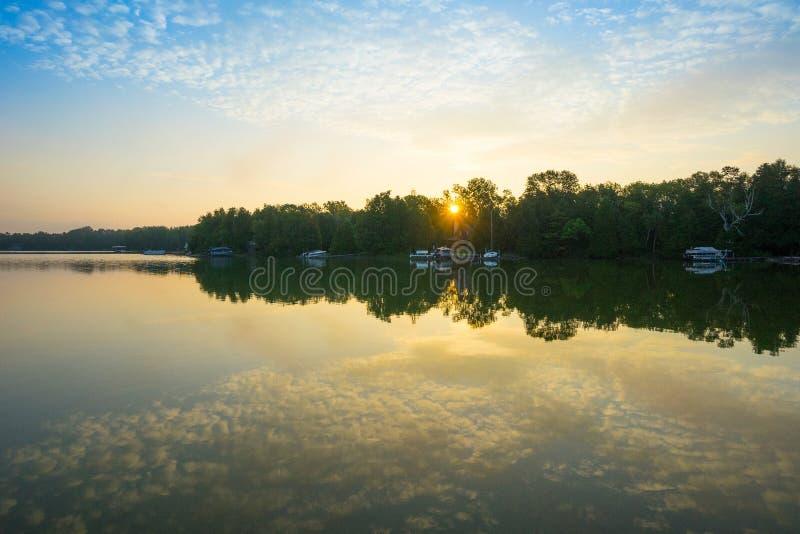 Sonnenuntergang durch See stockbilder
