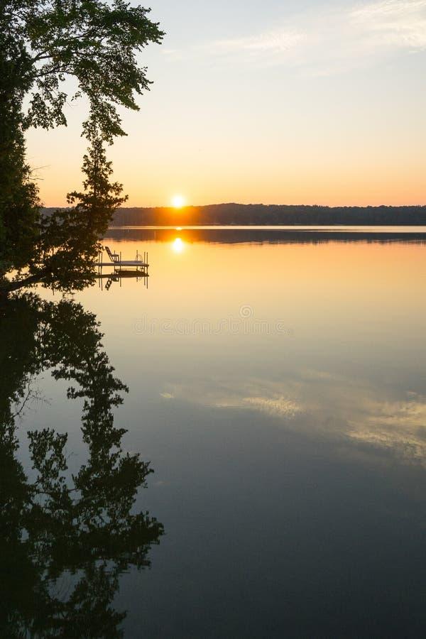 Sonnenuntergang durch See lizenzfreies stockfoto