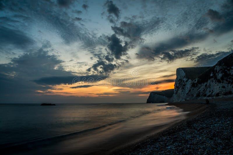 Sonnenuntergang an Durdle-Tür, England, Großbritannien lizenzfreies stockfoto