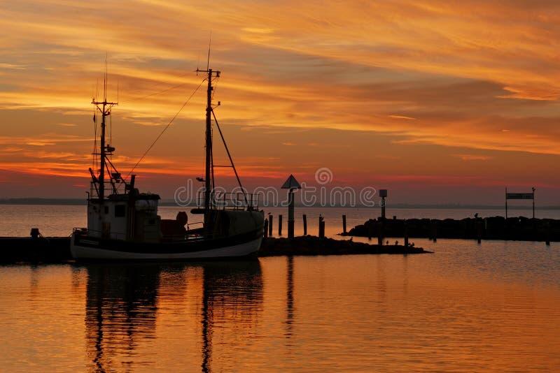 Sonnenuntergang an einem kleinen Hafen auf der Ostsee lizenzfreies stockfoto