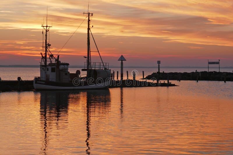 Sonnenuntergang an einem kleinen Hafen auf der Ostsee lizenzfreie stockfotografie