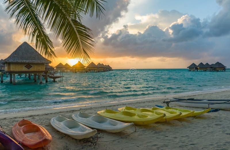 Sonnenuntergang in einem Strand in Bora Bora lizenzfreie stockfotografie