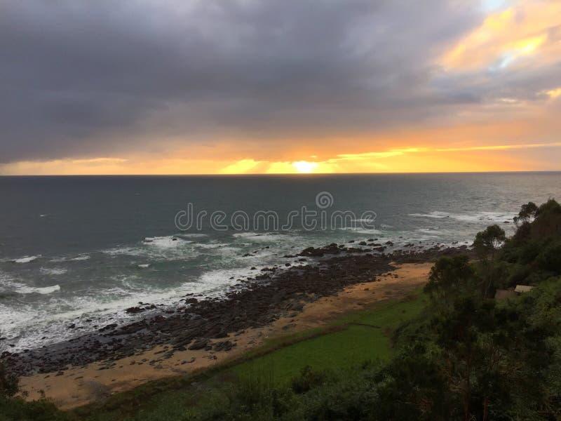 Sonnenuntergang in einem Strand vom Hoch lizenzfreie stockbilder