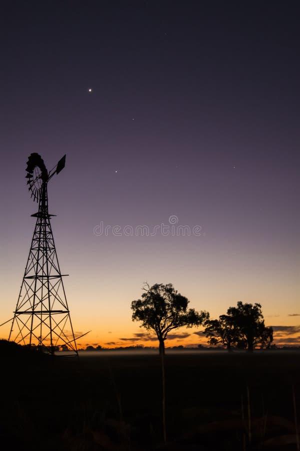 Sonnenuntergang in einer ländlichen Stadt lizenzfreie stockbilder