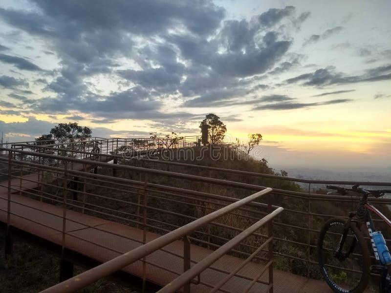 Sonnenuntergang am Ende der Fahrt lizenzfreies stockbild