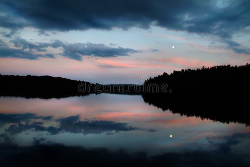 Sonnenuntergang entlang einem wilden szenischen Fluss lizenzfreies stockbild