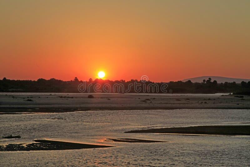Sonnenuntergang entlang Rufiji-Fluss, Selous-Spiel-Reserve, Tansania lizenzfreie stockfotografie