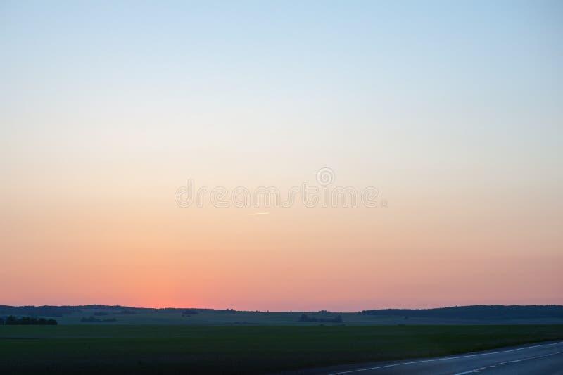 Sonnenuntergang erleuchtet die endlosen Felder, die Stuttgart, Deutschland umgeben stockfotos